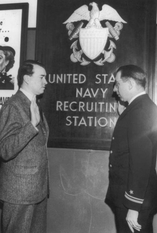 William Patrick Hitler vstupuje do amerického námořnictva (zdroj: https://www.warhistoryonline.com/world-war-ii/william-hitler-didnt-join-the-nazis.html)