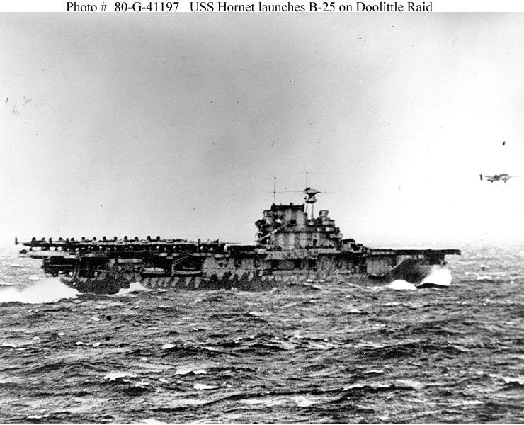 B-25 startují z paluby Hornetu