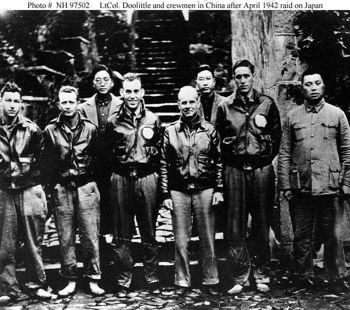 Doolittle s posádkou po náletu v Číně